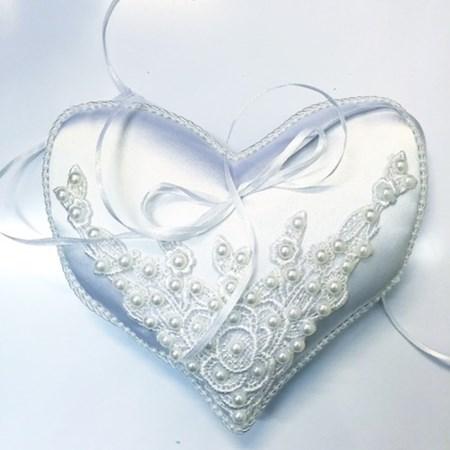 Porta Alianças Coração Guipir e pérola Branco